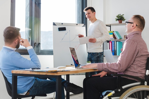사무실에서 함께 일하는 남자의 그룹