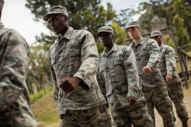 Группа военнослужащих на тренировке