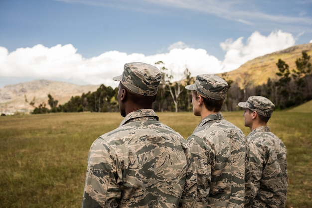並んでいる軍の兵士のグループ
