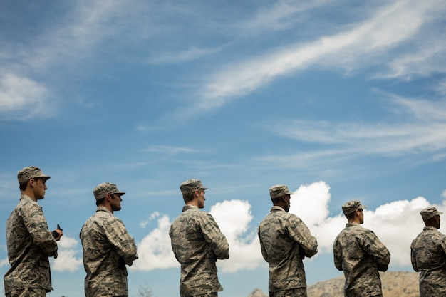 ライフルを持って立っている軍の兵士のグループ