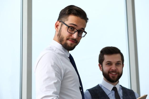 Группа современных бизнесменов в офисе дебаты по финансовому вопросу