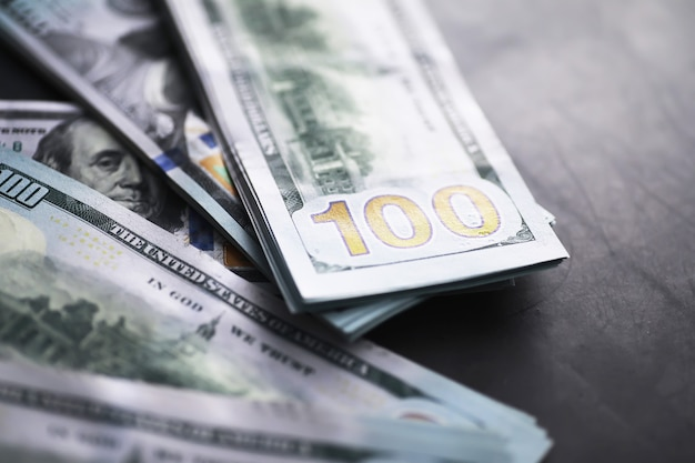 Группа денег стек банкнот 100 долларов сша много фоновой текстуры. наличные деньги в большой куче как фон финансов.