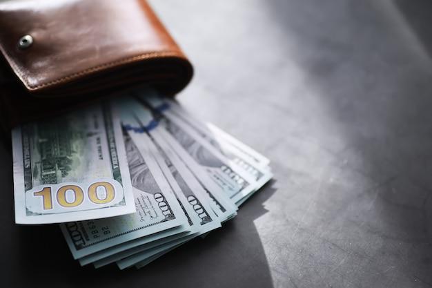 100米ドル紙幣のお金のスタックのグループは、背景のテクスチャの多くを記しています。財政の背景として大きな山でお金を現金化します。