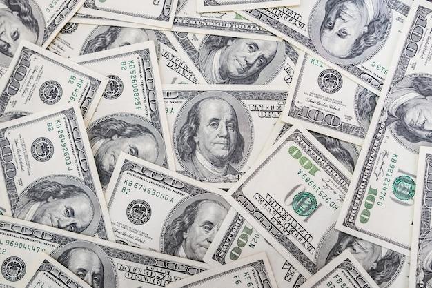 100米ドル紙幣のお金のスタックのグループは、背景テクスチャの上面図の多くを記しています