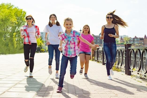 어머니와 딸의 그룹은 공원에서 도로를 따라 실행