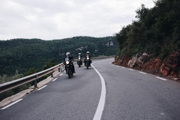산악 도로에서 오토바이 라이더의 그룹
