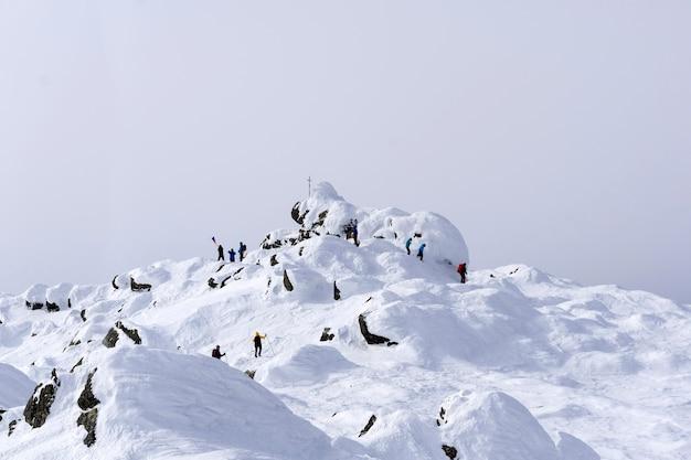 登山家のグループがコンジャコフスキーカメン山の頂上に到達しました