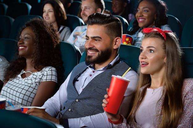 映画館での多文化の友人のグループ