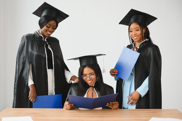 Группа выпускников мультикультурного вуза.