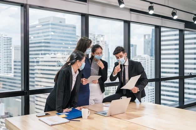 다민족 비즈니스 동료 회의 및 사무실에서 기업 사업 계획에 대해 논의하는 그룹입니다.
