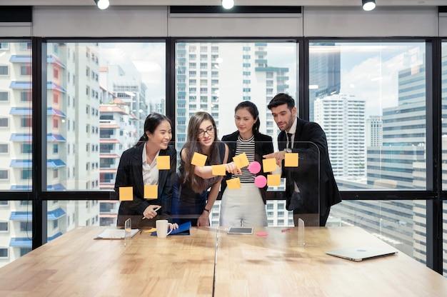 사업 아이디어에 대해 분석하고 논의하는 다민족 사업 동료 그룹