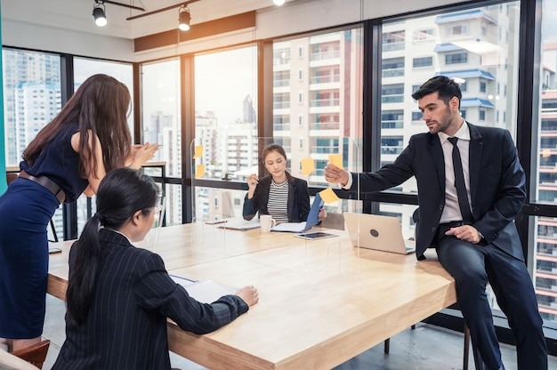사업 아이디어에 대한 브레인 스토밍 다민족 사업 동료 협업 그룹