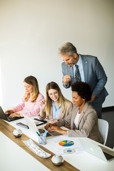 Группа многоэтнических деловых людей, работающих над новым проектом в современном офисе