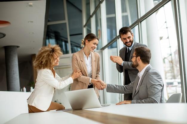 Группа многоэтнических деловых людей, работающих вместе в офисе