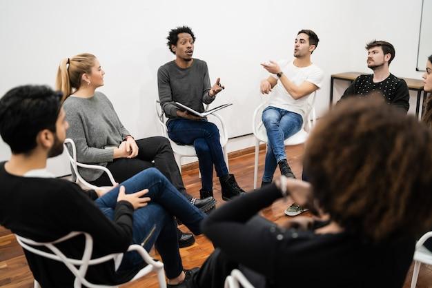 프로젝트에서 작업하고 브레인 스토밍 회의를 갖는 다민족 창의적인 비즈니스 사람들의 그룹입니다. 팀 작업 및 브레인 스토밍 개념.