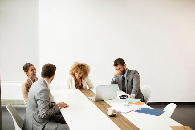 Группа многоэтнических молодых деловых людей, работающих вместе в офисе Premium Фотографии