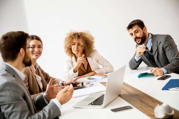 Группа многоэтнических молодых деловых людей, работающих вместе в офисе