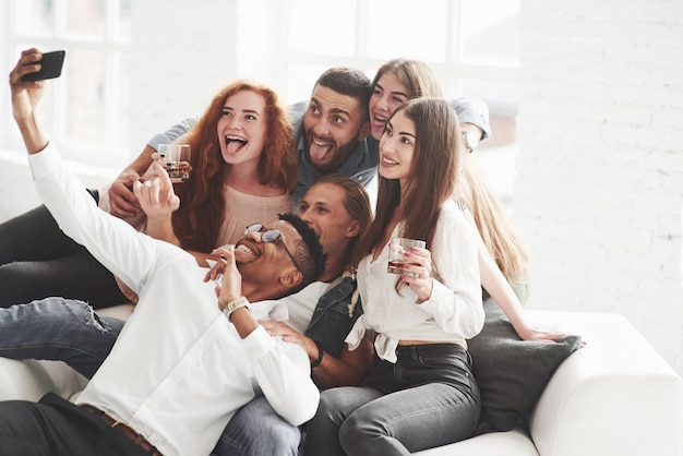 Группа разнорасовых товарищей по команде, которые хорошо проводят время в перерыве и делают несколько фотографий
