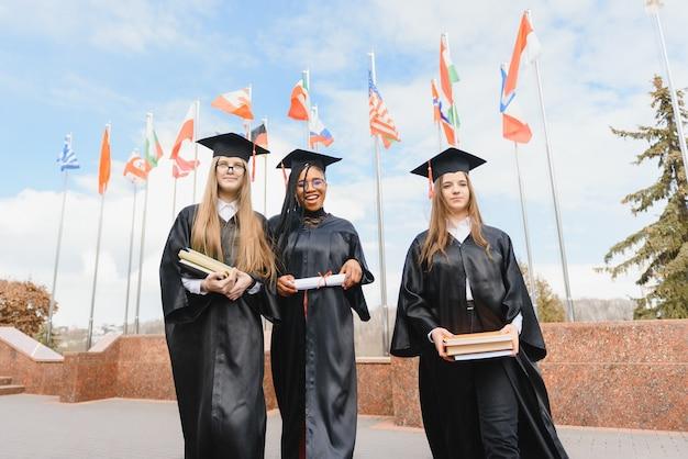 卒業式での多民族大学卒業生のグループ