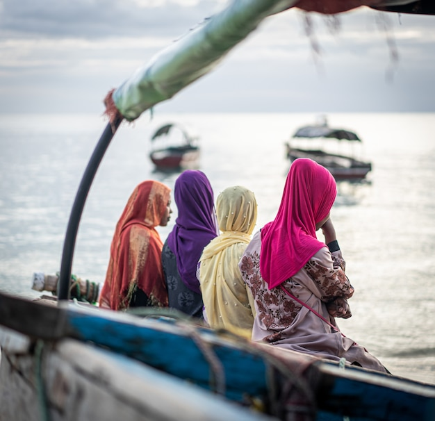 ビーチで一緒にイスラム教徒の女の子のグループ