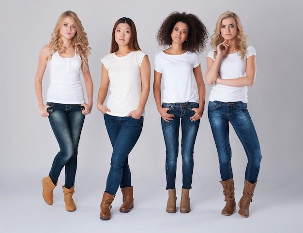 自然の美しい女性のグループ