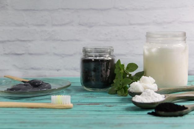 活性炭で練り歯磨きを作るための天然成分のグループ。