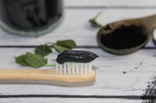 Группа натуральных ингредиентов для приготовления зубной пасты с активированным углем.