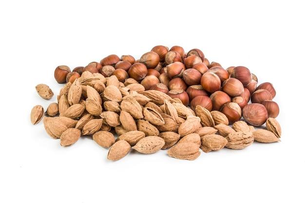 白い表面に分離されたナッツのグループ。