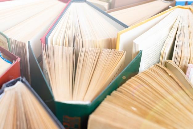 여러 가지 빛깔의 커버와 함께 오래 된 hardback 책의 그룹, 상위 뷰
