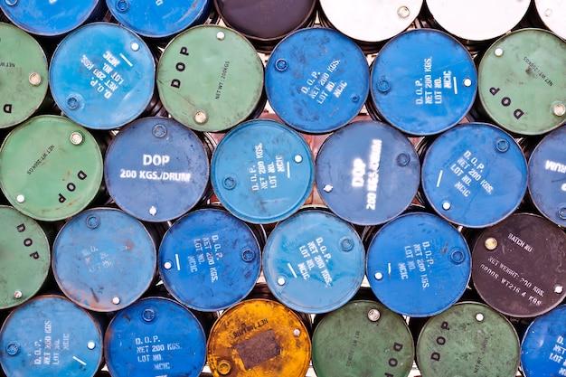 古い石油タンクのグループ