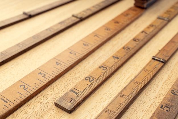 Группа старого деревянного правителя на столе. концепция измерения или точности. закрыть вверх
