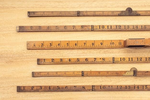 Группа старого деревянного правителя на столе. концепция измерения или точности. вид сверху