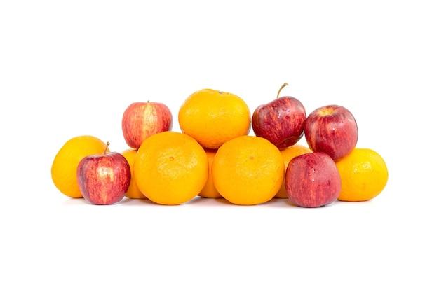 Группа апельсинов, фруктов и яблок изолированы