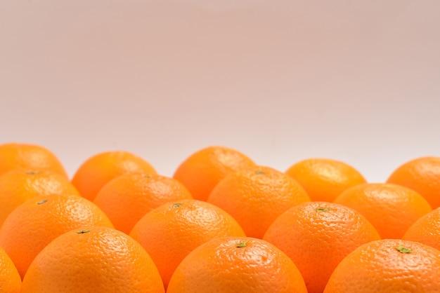 흰색 배경에 격리된 행에 있는 오렌지 그룹, 텍스트 또는 디자인을 위한 공간입니다.