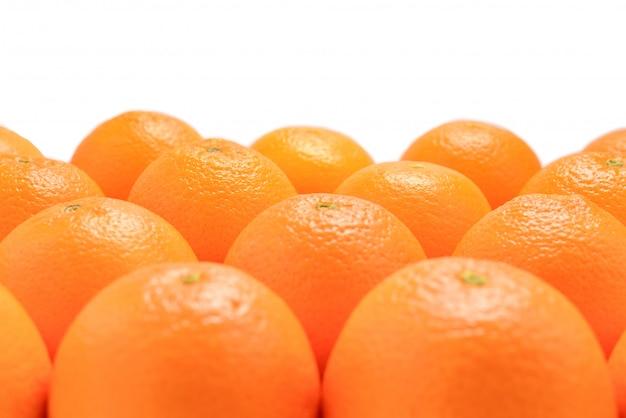 白い背景に、テキストまたはデザインのスペースに分離された行のオレンジのグループ。