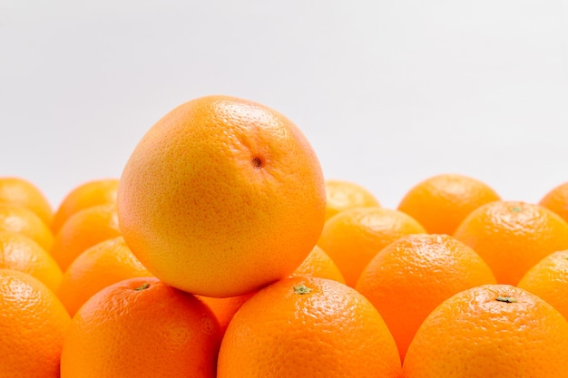 白い背景で隔離の行のオレンジのグループ。