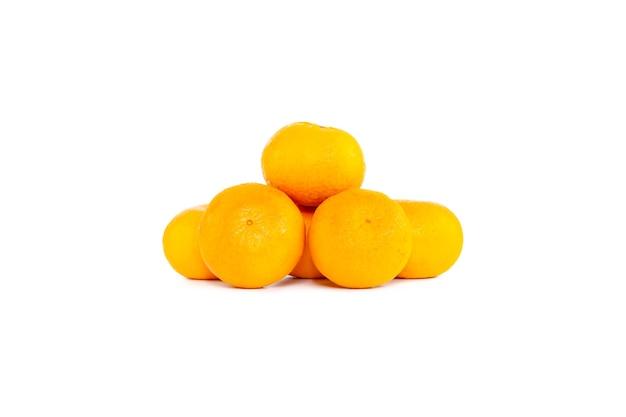 Группа апельсинов или мандарина изолированы
