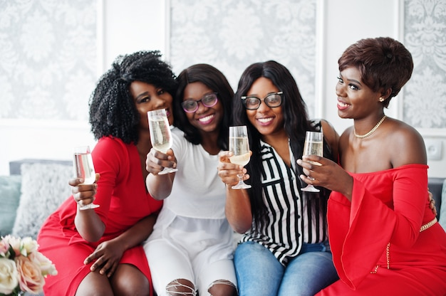 Группа вечеринок звонких бокалов шампанского с шампанским