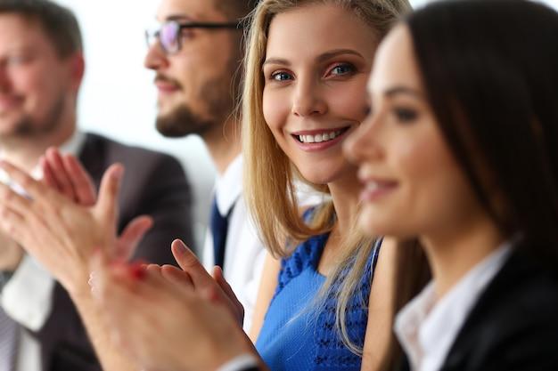 Группа людей хлопать их руку в строке во время семинара портрет.