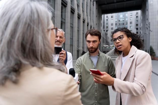 Группа людей, дающих журналистское интервью