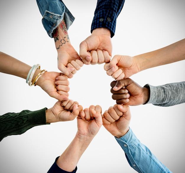 人々のグループ拳バンプは一緒に組み立てる