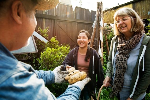 Группа людей, садоводство дворе вместе
