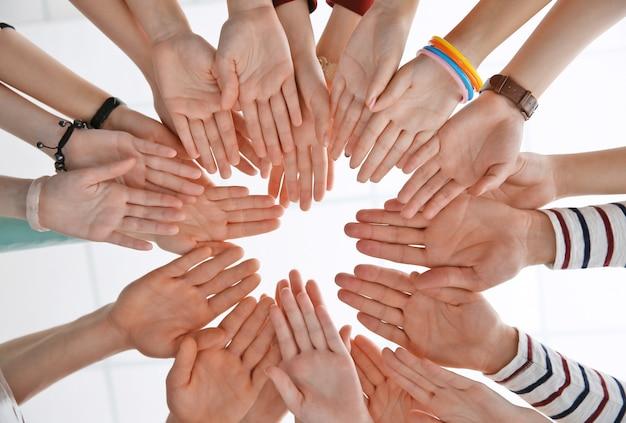 人々のグループが一緒に手を取り、ビューを見上げます