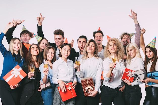 선물 상자와 함께 파티를 갖는 사람들의 그룹