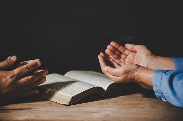 Группа людей, держась за руки, молятся поклонения верят