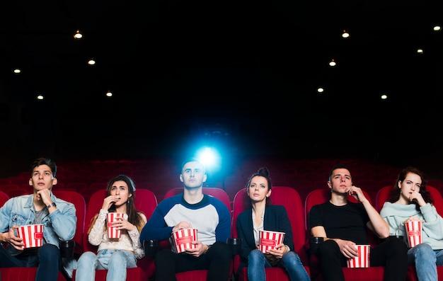 映画館の人々のグループ