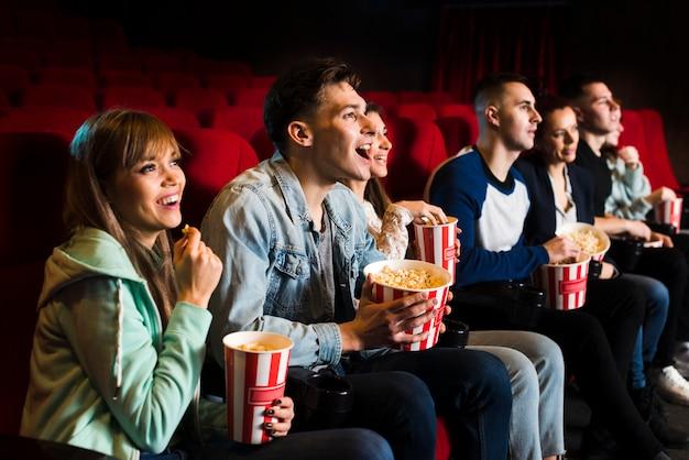 영화관에서 사람들의 그룹