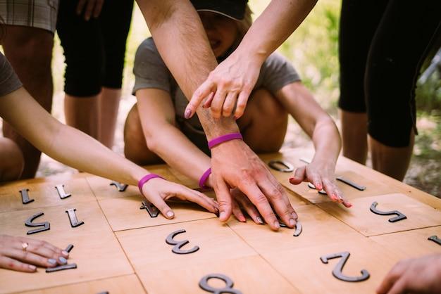 Группа людей, играющих в игру с числами