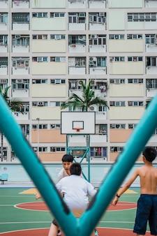 昼間にバスケットボールをする人々のグループ