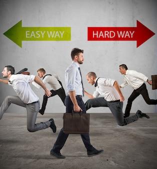 人々のグループは、男性を除いて、困難な道の矢の反対方向に一緒に走ります